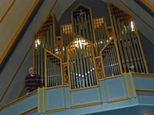 Hans Smout geeft uitleg over het orgel, en bespeelt het ook. Hij toont hoe de ster middenboven gaat draaien bij hele hoge tonen