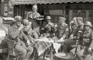 Duitse soldaten genieten van een biertje in een verlaten Breda