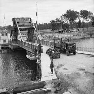 Pegasus Bridge. De Bénouville brug kreeg de naam Pegasus, als eerbetoon aan de Britse luchtlandingstroepen die het vliegende paard Pegasus als schouderembleem voerden.
