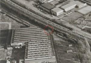Op deze luchtfoto (1973) is in de rode cirkel de betonbalk over de spoorsloot zichtbaar (klik om te vergroten)