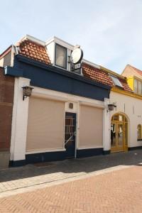 De roemruchte Ahoy bar is er nog wel, maar doet niet meer mee. Rechts er naast was ooit een bier- en lmonadebottelarij