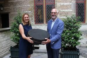 Mireille Franken (MHC) en Klaas Hielkema (BoZilver) tonen samen de (lege....) foedraal van de Zevenbergse schuttersketen