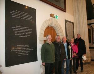 DE werkgroep poseert met terechte trots voor de herplaatste gedenkstenen