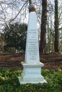 Het gedenknaaldje in het park herdenkt de stichting van de nieuwe Staat der Nederlanden op nagenoeg de plek waar enkele maanden later strijd gevoerd wordt om de Wouwsepoort te openen. kapitein de Bère wordt daarbij dodelijk gewond.