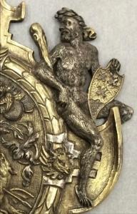 Detail van de plaquette in het Bargello museum in Florence waarop een van de wildemannen het Bergse stadswapen vasthoudt. De andere zijde toont de tweede wildeman met het wapen van Glymes