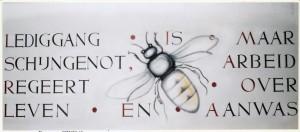 Het kunstwerk van J. Vriens is niet gered kunnen worden. De weergegeven typische wederopbouw-tekst is samengesteld uit de letters van de toenmalige directeur LJM Sarolea
