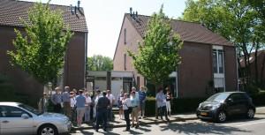 Door het tussenvoegen van een lage uitbouw verandert het aanzien van verder vergelijkbare woningen aanzienlijk