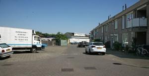 De ruimte voor een plantsoen aan de Denemarkenstraat wordt gebruikt als opslagterrein van sloopvoertuigen