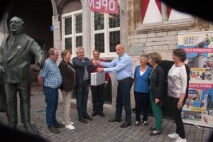 De officiële overhandiging aan voorzitter Ad Segers kan de goedkeuring van Anton van Duinkerken kennelijk wegdragen.