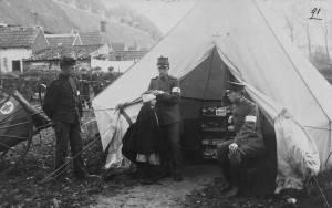 De medische hulppost op Kijk in de Pot. Op de achtergrond de huisjes van Potscheel.