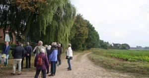 De bewoning houdt op waar de wal ophoudt en de (natte) polder begint