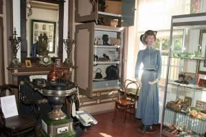 Een van de kamers in museum Den Aanwas, vol met spullen uit vroeger tijd