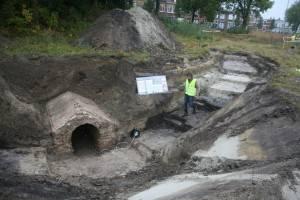 De mineursgang ligt niet eens zo ver onder het maaiveld. Via de trapvormige uitgraving konden bezoekers de gang van dichtbij bekijken