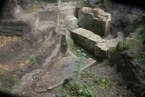 Het uitgegraven deel van de poterne achter de sporthal op het Veolia-terrein. Opvallend is de afwerking van het metselwerk. Alsof het vorige week is gereed gekomen. Linksonder is nog net de punt van de contre-escarpe te zien, waar de gracht een knik maakte