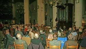 Willem Vermeulen, als voorzitter van de werkgroep boeken, presenteert de aanwezigen het programma van de avond