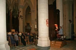 Janno den Engelsman bespeelt het Rogier-orgel voor een ademloos toeluisterend publiek