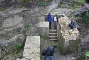 Gedeputeerde Henri Swinkels bleek zeer geïnteresseerd in hetgeen de opgraving betekende