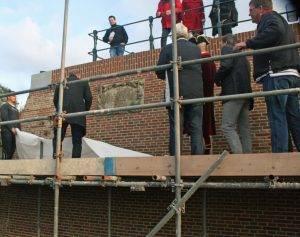 De naamsteen Gadellière werd onthuld door wethouder Arjan van der Weegen en twee leerlingen van de bouwplaats