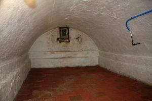 De gewelfde kelder onder Klein Magdaleen verraadt de eeuwenoude oorsprong van het gebouw. In oktober 1944 schuilden velen uit de buurt hier voor het oorlogsgeweld.