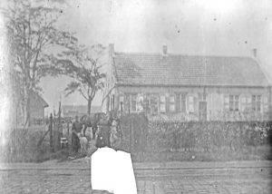 Op deze foto toont Klein Magdaleen nog als boerderij in gebruik. Deze foto vormt voor Van Loon de leidraad.