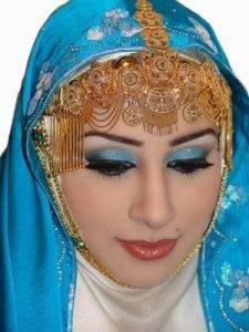 Een bruid uit Oman met traditionele sieraden