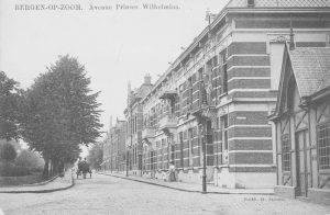 Deze foto met het wachthuis voor de ATB tram dateert van 1911. Dit gebouwtje is op de vorige foto niet aanwezig.