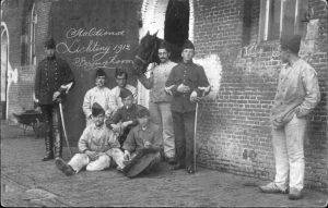Een lichting militairen van 'de veld' in 1912. Ook hier is de witte contour van de staldeuren te zien.