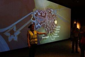 Elvira Adriaansen legt uit waar de bezoekers zich in de enorme vesting bevinden